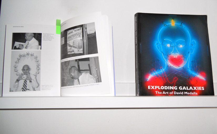 Un libro racconta l'arte e la vita di un artista anticonvenzionale come David Medalla