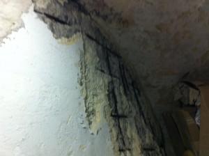 Na parte de baixo da escada a prefeitura não se preocupou em consertar.