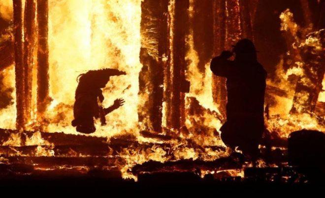 WhatsApp-Image-2017-09-03-at-18.40.54-737x450 ACTUALIZADO | Un asistente salta a las llamas de Burning Man [FOTOS]