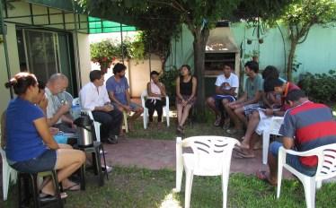 Reunidos en el patio de la comunidad en Vicente López