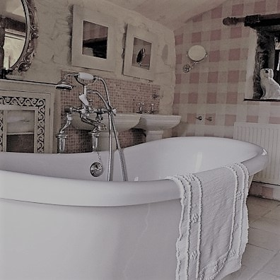 twin basins abd central bateau bath for the en suite bathroom