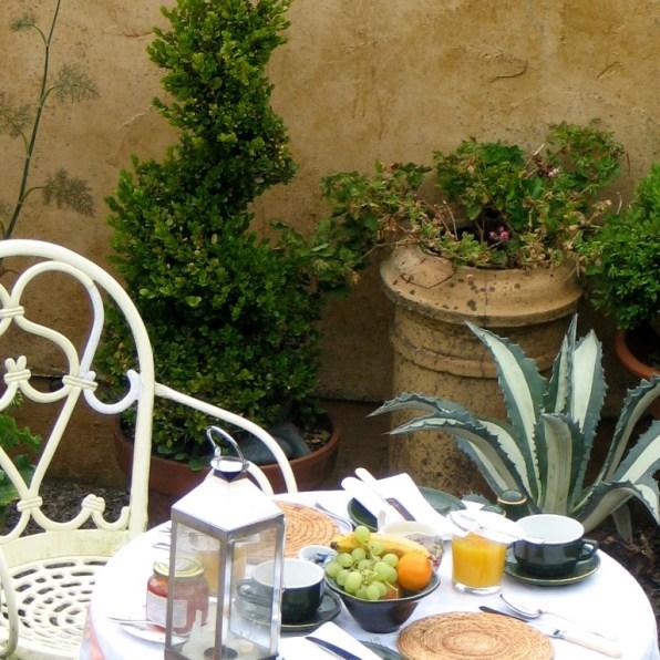 A courtyard breakfast
