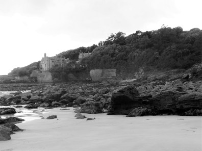 Porth-an-Als estate house jut above teh rocks at Kennegy Beach