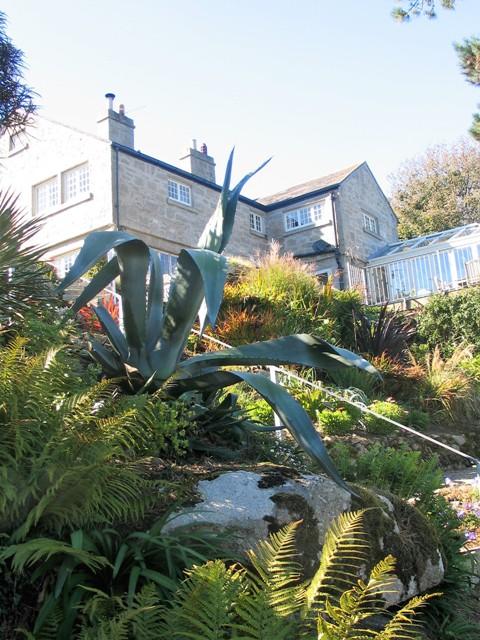House perched on precipitous hillside - chygurno