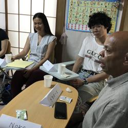 外国人留学生と交流している写真