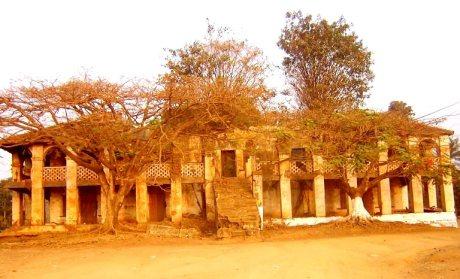L'ancien palais, habité par la décrépitude