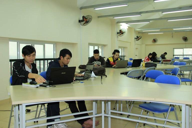 Thư viện ở trường được trang bị đầy đủ hệ thống máy tính hiện đại