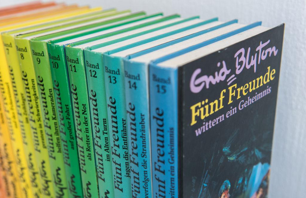 Enid Blyton, salah satu pengarang kumpulan cerpen bahasa Inggris yang populer - Edu2Review