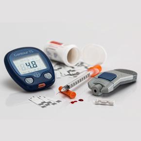 Revisión comparativa entre los estándares médicos y nutricionales de las guías ADA 2017-18 y la aplicación en clínica de consulta externa, en la atención del paciente con diabetes tipo 2  Por: José Longo