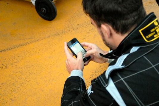 Fernando Alonso Twitando Foto: Eduardo Valente
