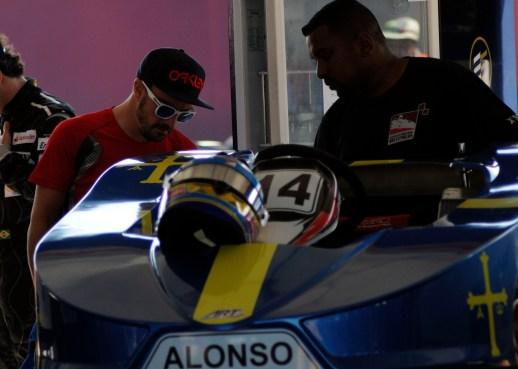 Fernando Alonso ao lado de seu Kart Foto: Eduardo Valente