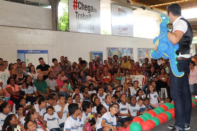 Estudantes-do-Jaboatão-participam-da-campanha-Papai-Noel-no-Metrô