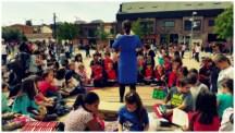 Mientras escuchan el cuento, hay niños que aprovechan para ver sus tesoros de papel