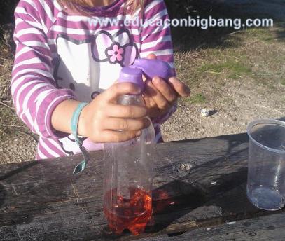 Infla un globo con una botella vinagre y bicarbonato - Como limpiar la lavadora con vinagre y bicarbonato ...