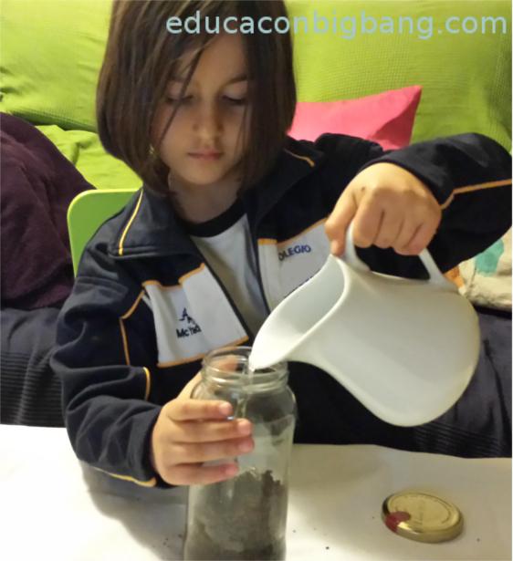 Echando agua en el tarro
