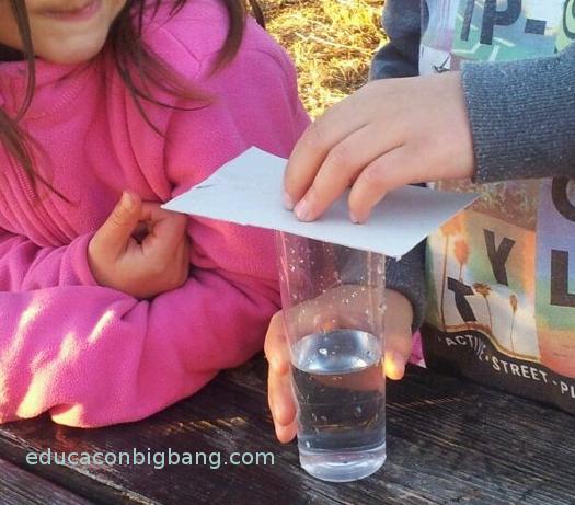 Sujetando el cartón al vaso