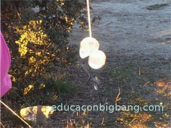 Cubitos de hielo pegados a una cuerda