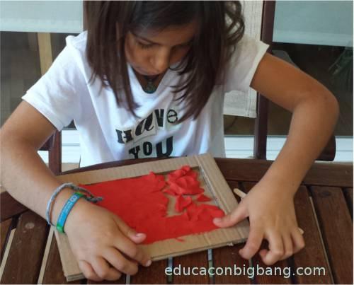 Haciendo tablilla de plastilina