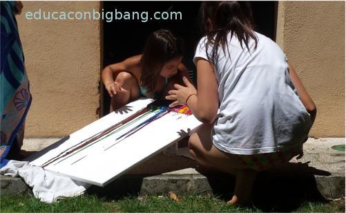 Niños con la obra de arte