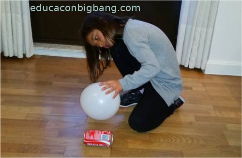 Lata atraída por globo
