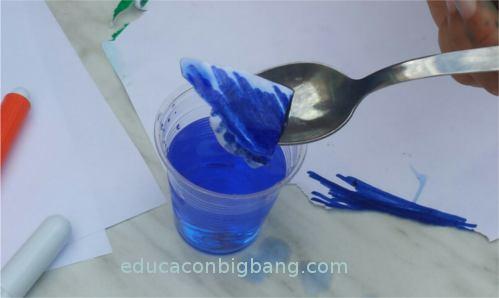 Agua de color azul lista