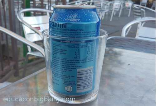 lata dentro de un vaso