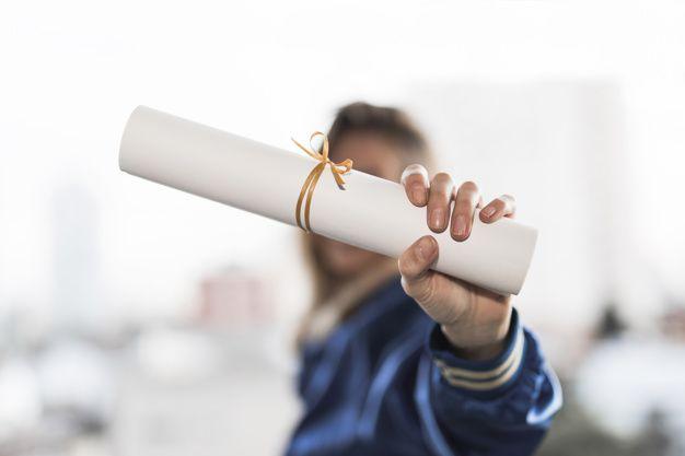 Mujer con diploma de estudios