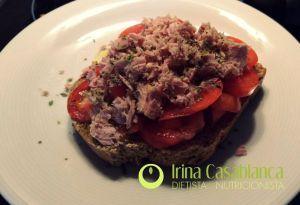 tostada de tomate y atún