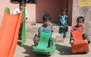आंगनबाड़ी केंद्र में खेलते बच्चे। भारत में लंबे समय से यह मांग की जा रही है कि सरकारी स्कूल में पढ़ने वाले बच्चों के प्री-स्कूलिंग के लिए भी क़दम उठाना चाहिए ताकि इन बच्चों को भविष्य की पढ़ाई के लिए पहले से तैयार किया जा सके। उनको पढ़ने और किताबों के आनंद से रूपरू करवाया जा सके।