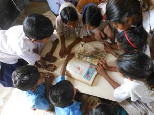 किताब पढ़ते बच्चे