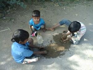 मिट्टी के खिलौने, बच्चा का खेल, गांव का जीवन, बच्चे कैसे सीखते हैं
