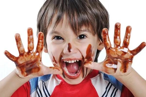 niños manos pintadas