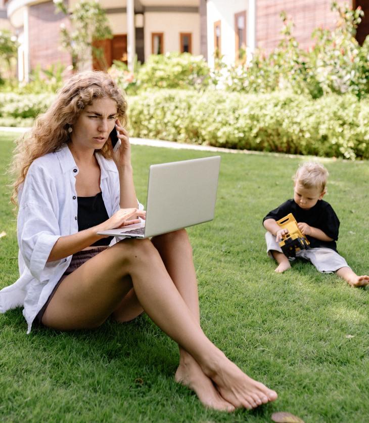 Une mère est au téléphone et ignore son enfant derrière elle. Les interruptions causées par la technologie lorsque les parents interagissent avec leur enfant nuisent à la qualité des interactions enfant-parent.