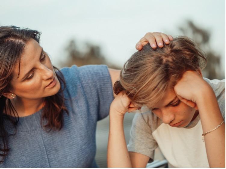 Un vécu de maltraitance peut influencer la capacité des parents à reconnaître les émotions de leur enfant.