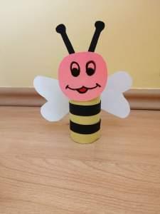 Pszczoła – praca plastyczna z wykorzystaniem rolki