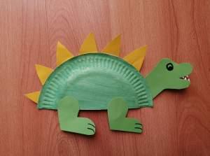 Dinozaur - praca plastyczna z wykorzystaniem talerzyka