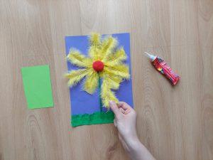 Wiosenny kwiatek – praca plastyczna z wykorzystaniem piórek