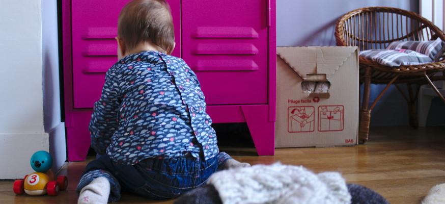 Bébé concentré sur des jouets