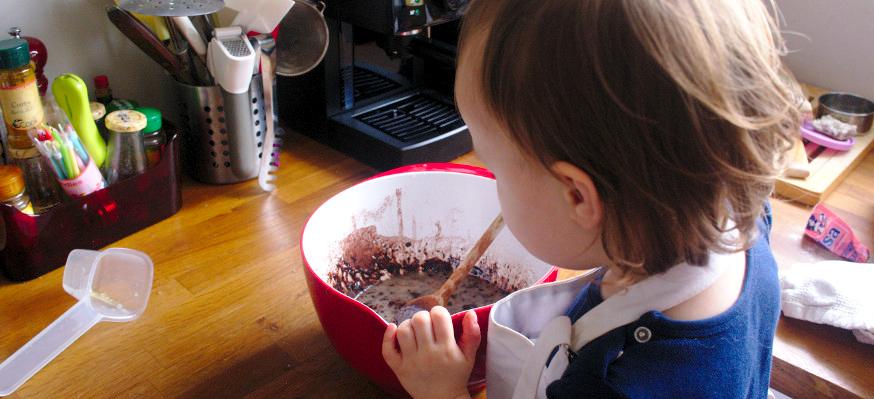 Enfant fait la cuisine seul