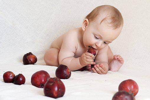 Bébé mange une pomme