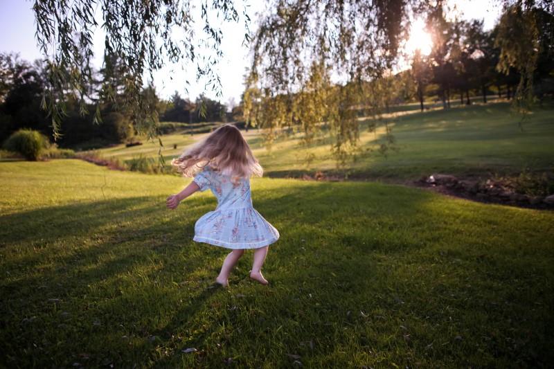 Petite fille courant dans la nature
