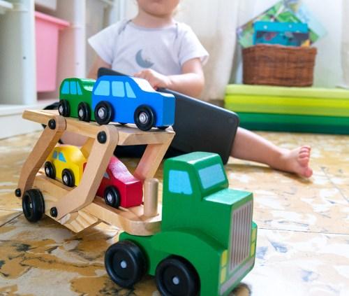 Augustin joue avec un camion