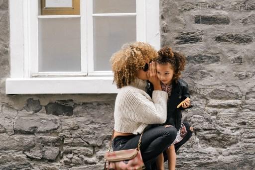 Maman chuchotte à sa fille