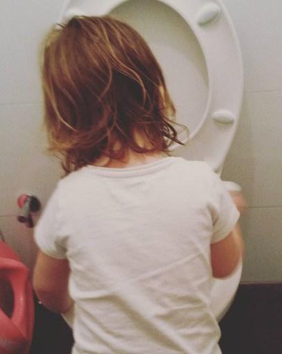 Enfant fait le ménage