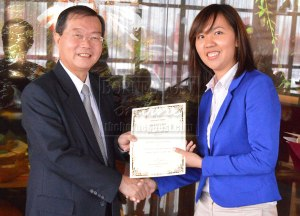 UCSI University deputy vice-chancellor Emeritus Dr Lim Koon Ong (left) presents a certificate to Michelle Kong from UCSI University's Kuching campus