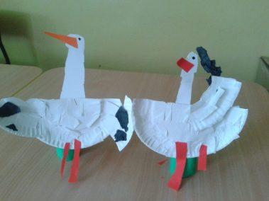 Bociany z papierowych talerzyków Jesień (Prace plastyczne) Marlena Wrońska Międzynarodowy Dzień Ptaków Prace plastyczne Prace plastyczne (Dzień Zwierząt) Światowy Dzień Zwierząt Wiosna (Prace plastyczne) Zwierzęta (Prace plastyczne)
