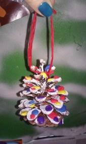 Kolorowe szyszki zdobione plasteliną Monika Okoń Prace plastyczne Święta Zima (Prace plastyczne)