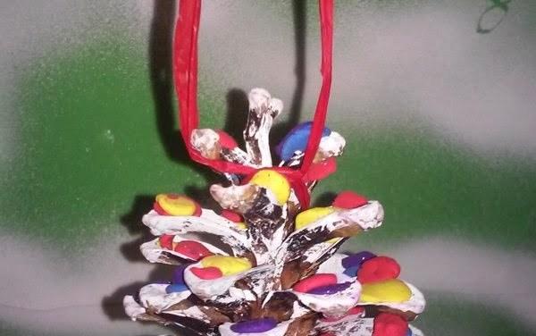 Kolorowe szyszki zdobione plasteliną