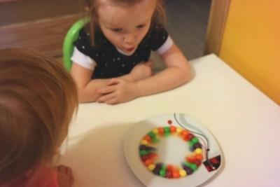 Słodka tęcza ze Skittlesów Aneta Grądzka-Rudziak Kreatywnie z dzieckiem