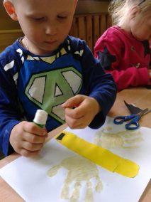 Pszczółki z odrysowanej dłoni Kreatywnie z dzieckiem Lato Marlena Wrońska Prace plastyczne (Dzień Zwierząt) Prace plastyczne (Wiosna) Światowy Dzień Zwierząt Zwierzęta